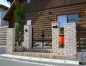 透け感のあるアイアン門扉越しの植栽 たつの市P様邸1