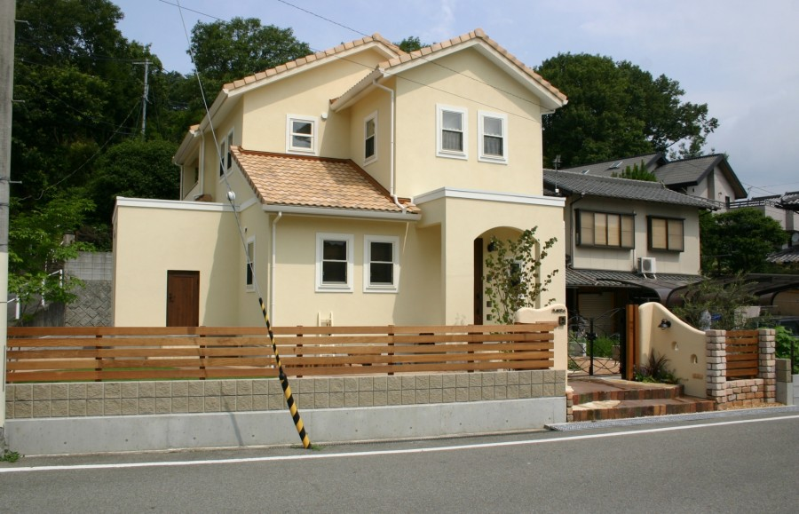 塗り壁と煉瓦でナチュラルな門回り|クローズスタイル 姫路市M様邸2