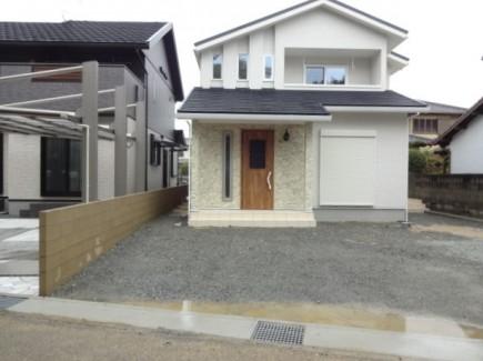 奥行き感のある流れる様な自然石アプローチ 加古川市F様邸施工前